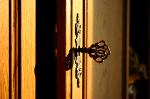 closet door with key1